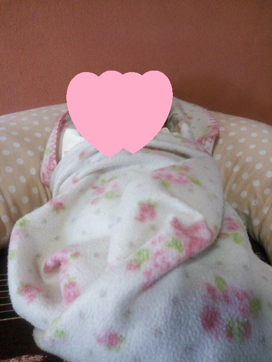 うーたんを授乳クッションに入れている写真