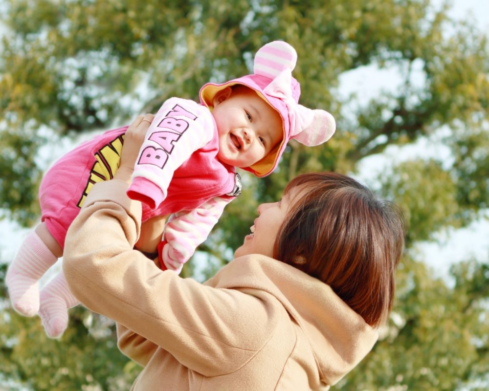 抱っこされて喜んでる赤ちゃんの写真