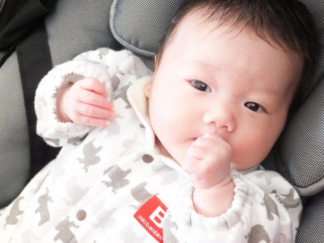 こっちを見つめている赤ちゃんの写真