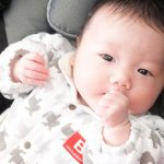 赤ちゃんが指吸ってる