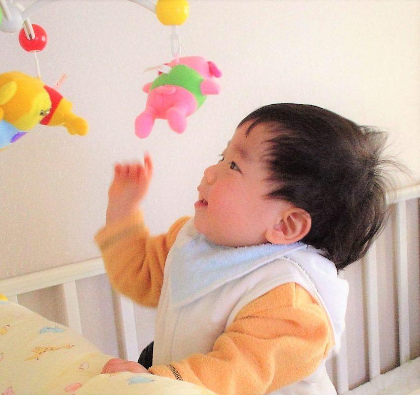 おもちゃに夢中になっている赤ちゃんのイラスト