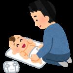 新生児のおむつを替えているお父さん