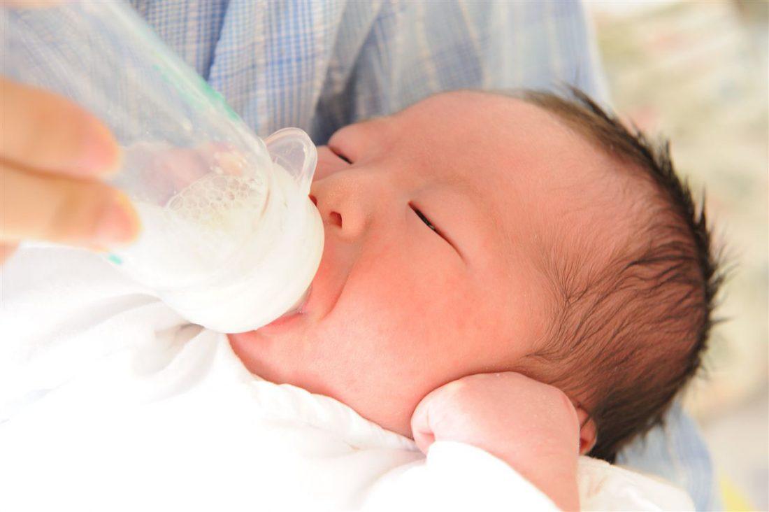 ミルクを飲んでいる赤ちゃんの写真