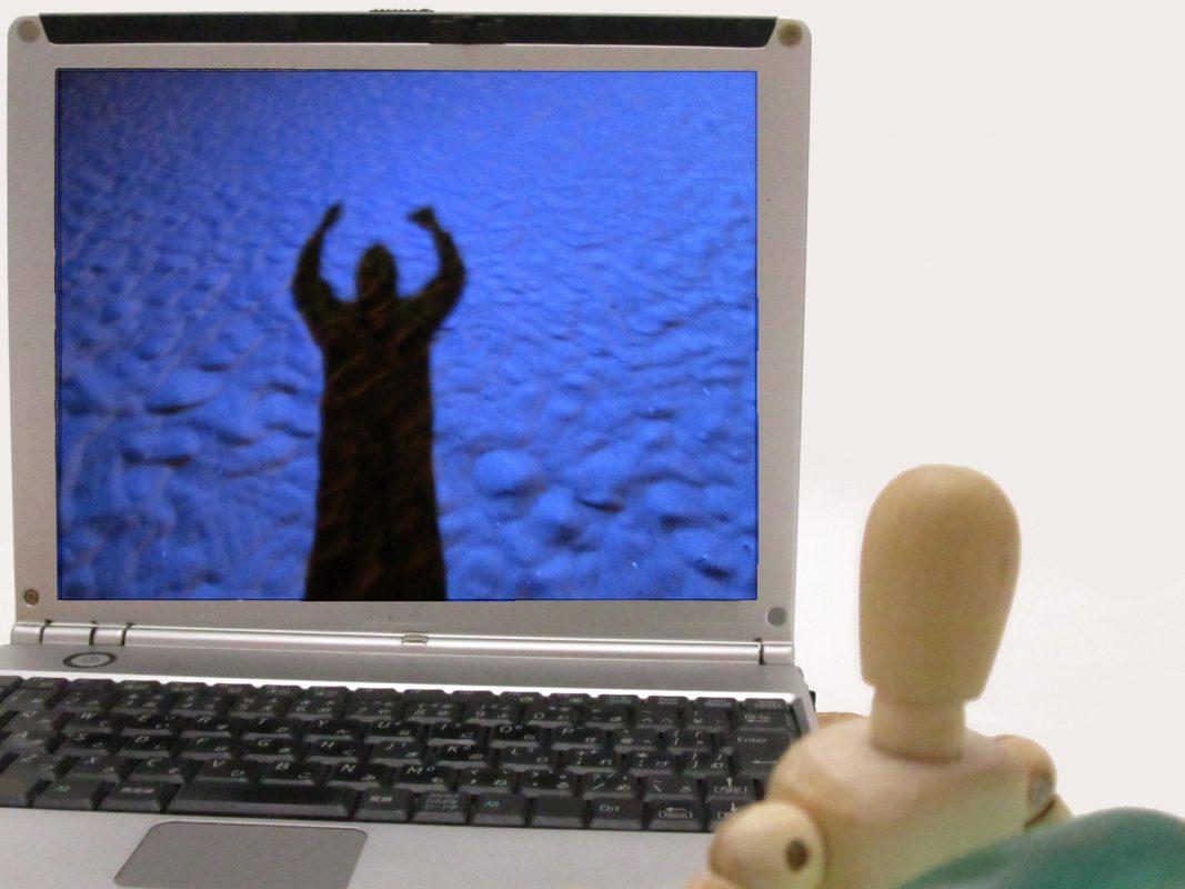 ネットで動画を見ている人形
