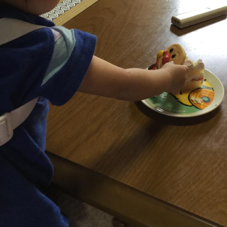 cake.jpのアンパンマンクッキーを狙っているうーたん